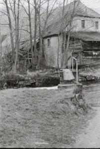 Blick über den Steg auf die Mühle