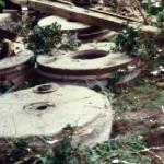 Mühlsteine der Schrotmühle 1977 nach dem Abriss
