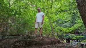 Ulrich Kuther an der Quellfassung im Höllgraben